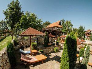 Zimovanje, Srbija, Rtanj, Etno Hotel Rtanj Balašević, ležaljke na bazenu