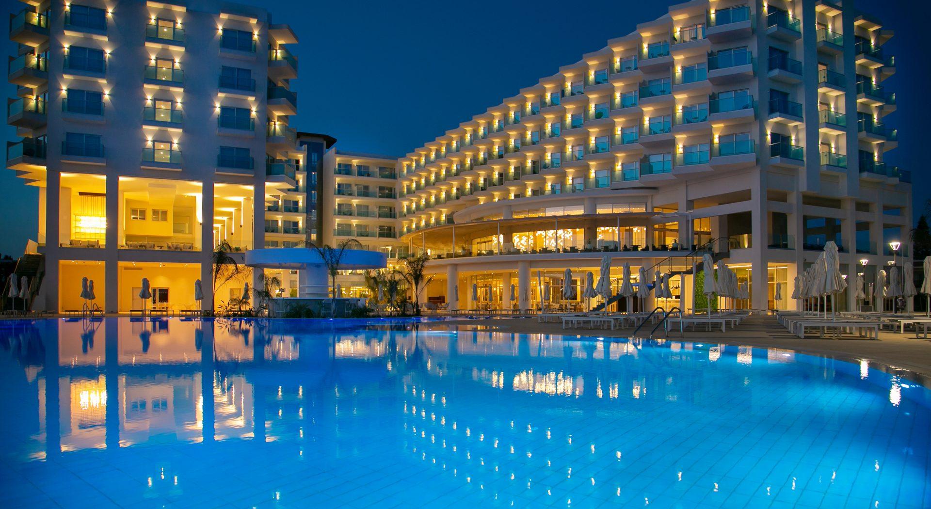 Letovanje, Kipar, Ayia Napa, Hotel Nissiblu Beach Resort, bazen nocu