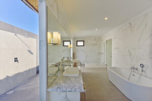 Dreamland Maldivi-Jumbo Travel-water bungalow bathroom
